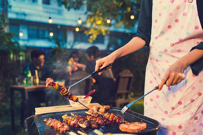Uwielbiasz letnie grillowanie? Stwórz doskonałe miejsce do spotkań towarzyskich w swoim ogrodzie – altanka i jej wyposażenie